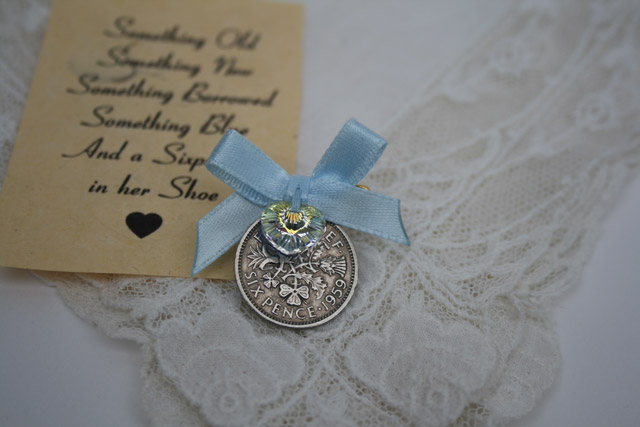 Sixpence met speldje, het ideale cadeautje voor de bruid