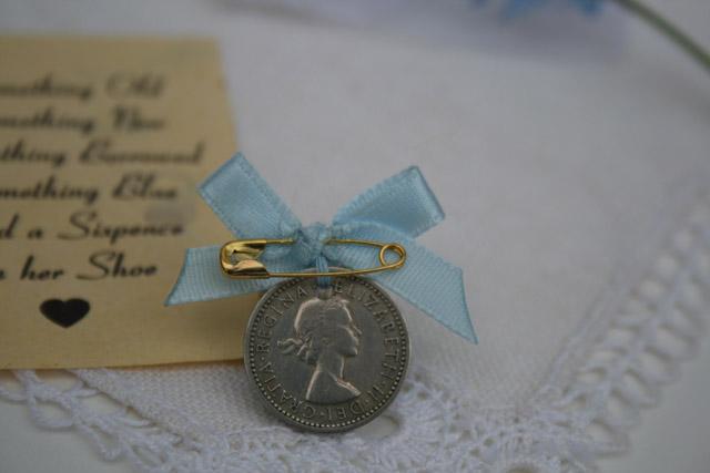 cadeautje voor de bruid: pin your sixpence