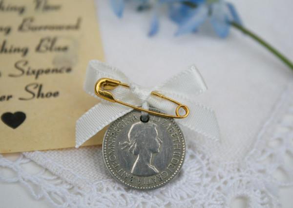 sixpence met net niet wit strikje, bijzonder cadeautje voor de bruid