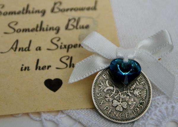 sixpence met speld, offwhite met blauwe swarovski kristal