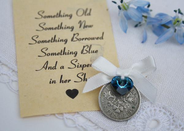 sixpence speldje met donkerblauwe kristal en offwhite strikje