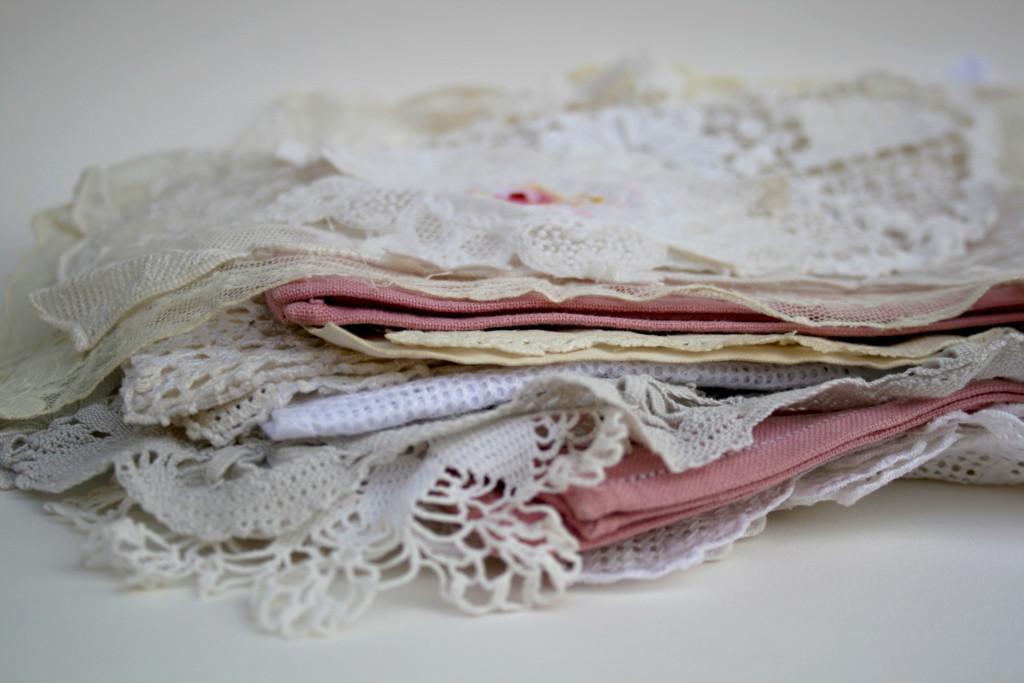 vintage zakdoekjes en stof als something old voor de bruid