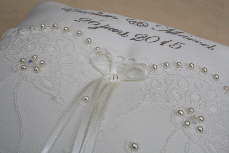Ringkussen met datum en namen bruidspaar in de kleur ivoor