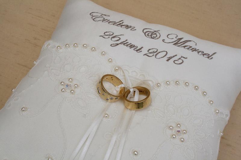 Ringenkussen met namen en trouwdatum ivoor