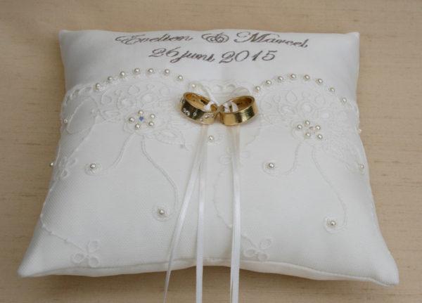 Bijzonder ringkussen huwelijk, met namen en trouwdatum en versiert met swarovski