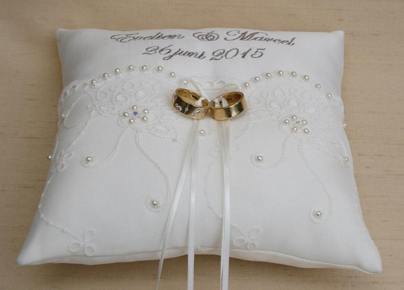 Ringkussen huwelijk met namen en trouwdatum in de kleur ivoor