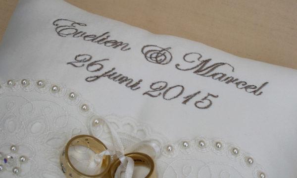 ringkussen huwelijk met namen en trouwdatum, gedepersonaliseerd
