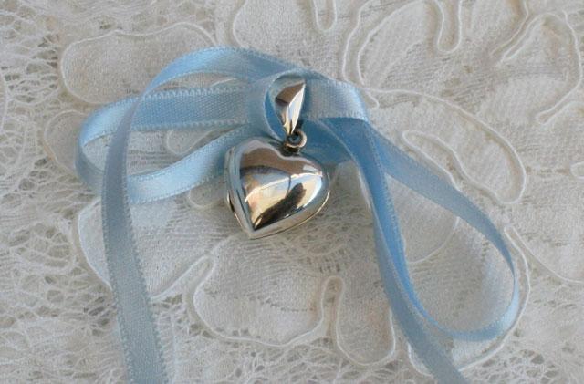 zilveren medaillon hartvorm met blauw lint