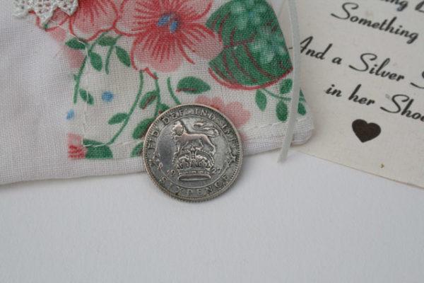 vintage zilveren sixpence voor de bruid