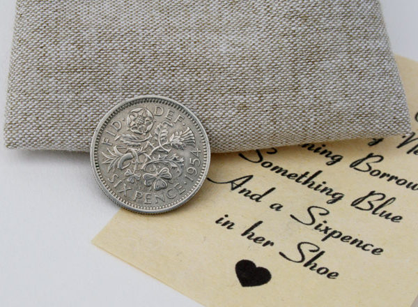 Something old, Something new, Something borrowed, Something blue. And a sixpence in her shoe. Een sixpence is hét cadeautje voor de aanstaande bruid.