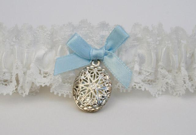 kousenband met medaillon en blauw strikje