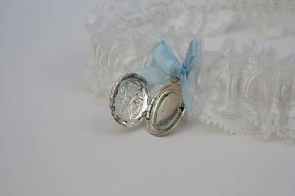 kousenband voor de bruid met medaillon met blauw strikje