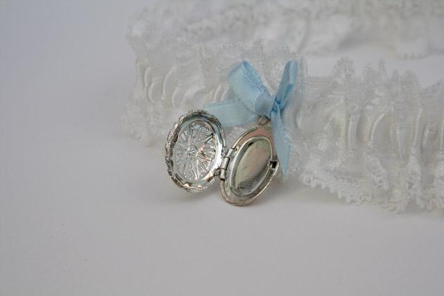 Kousenband offwhite met something blue en medaillon