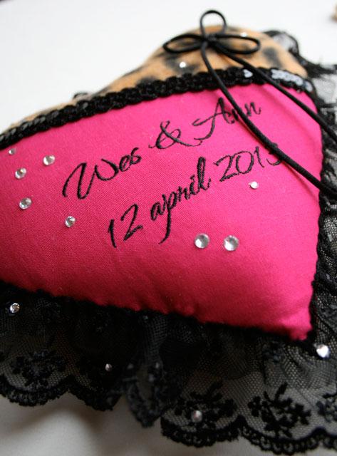 roze, panter, luipaard ringenkussen met namen en datum, strass en bling-bling