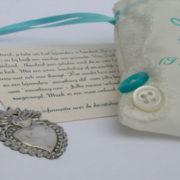 Bijzondere something old bruiloft, deze zilveren devotie hartjes van 100 jaar oud