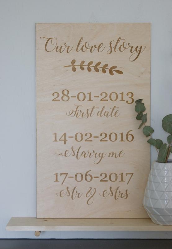 Houten bruiloftsdecoratie van Wood & Words, te koop bij Vier de Liefde