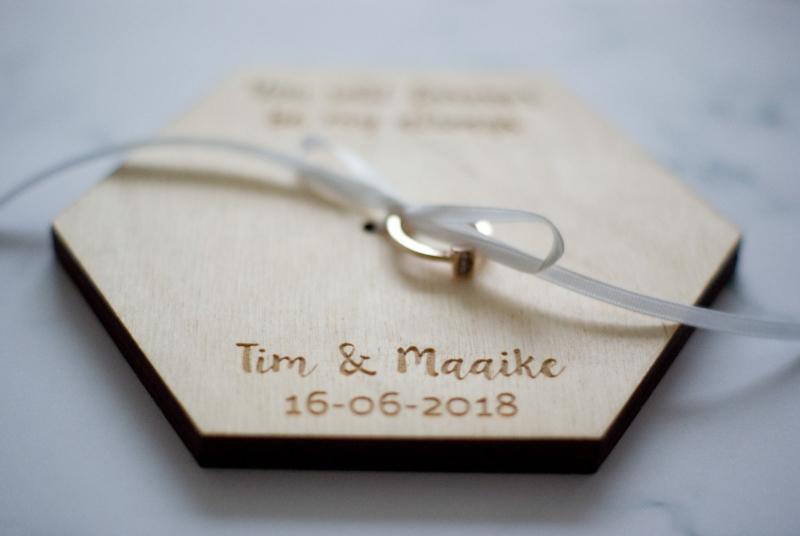 Houten ringenplankje met namen en trouwdatum, vintage stijl voor jullie bruiloft