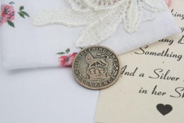 and a silver sixpence in het shoe, zilveren sixpence voor in de schoen van de bruid