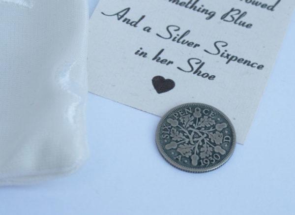 zilveren sixpence voor in de schoen van de bruid