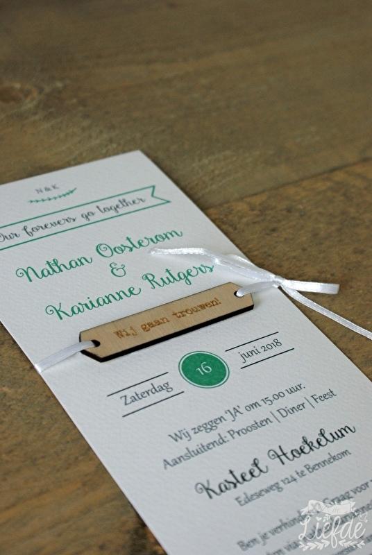 Houten trouwkaart met verschillende lettertypes voor een vintage wedding