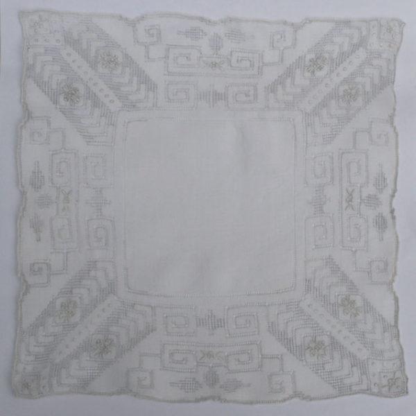 geborduurde Franse vintage zakdoek, something old voor de bruid
