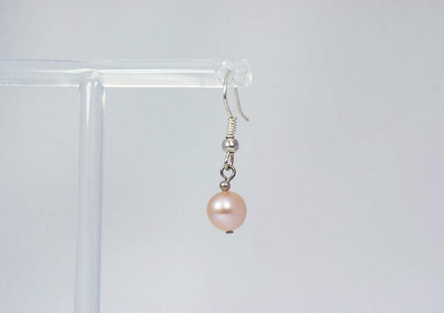zalmroze parel oorbellen met zilveren oorhaakje