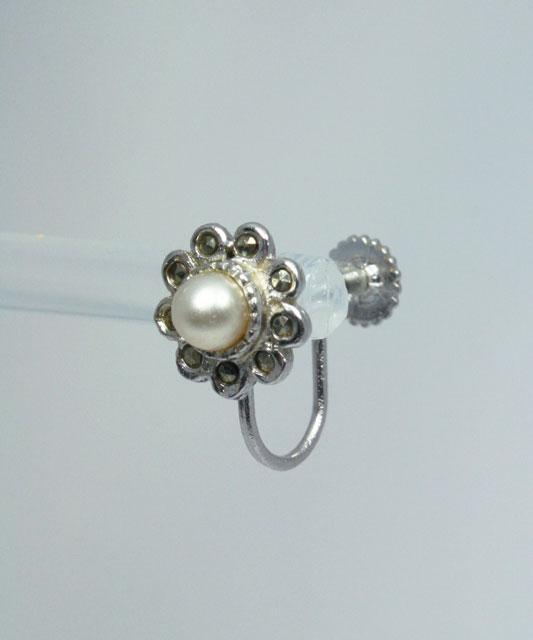 something old voor de bruid; vintage schroefoorbellen met parel en markasiet