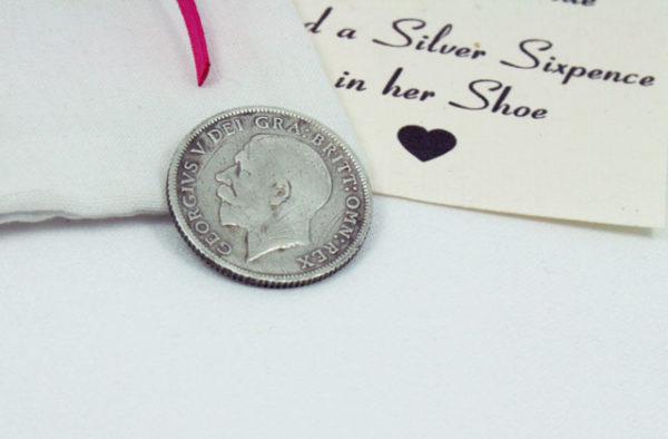 silver sixpence uit 1926, een geluksbrenger voor in de schoen van de bruid