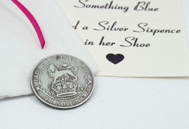 and a silver sixpence in her shoe.. deze silver sixpence uit 1926 is een perfect cadeautje voor de bruid die verder overal al aan gedacht heeft