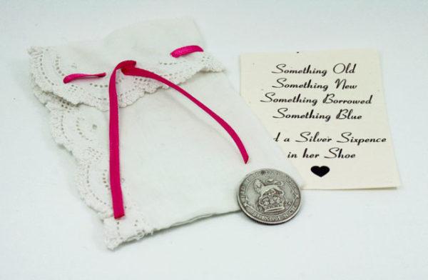 sixpence uit 1926, de vader plaatst de munt in de schoen van de bruid voor extra geluk