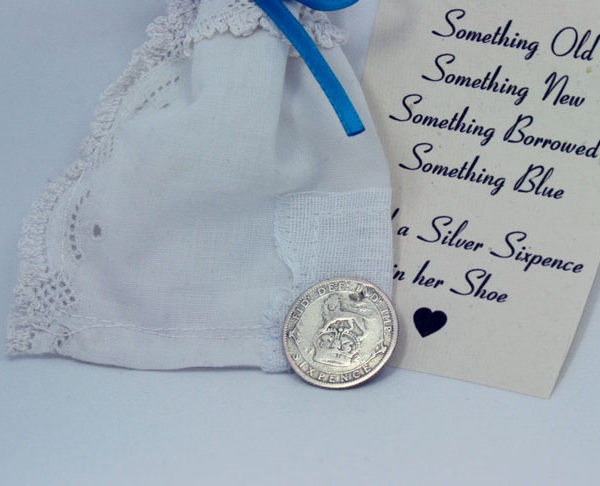 zilveren sixpence uit 1926. And a silver sixpence in her shoe, cadeautje voor de bruid