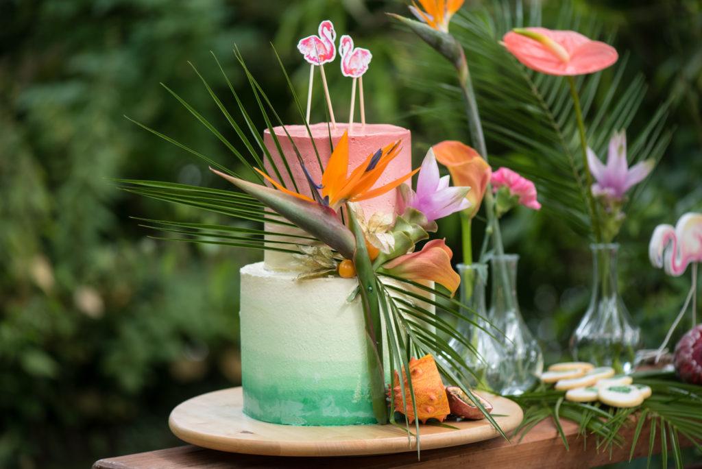 Tropische taart met bloemen
