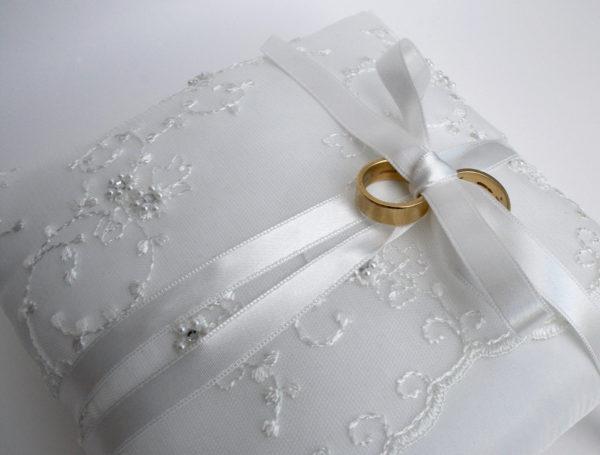 Ringenkussen bruiloft offwhite taft