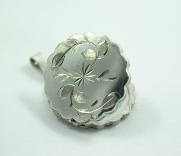 zilveren medaillon in bloemvorm