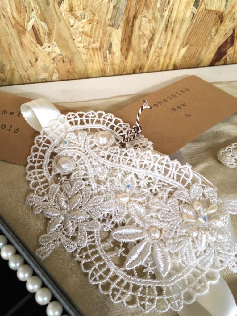 Haarband of polscorsage voor de bruid