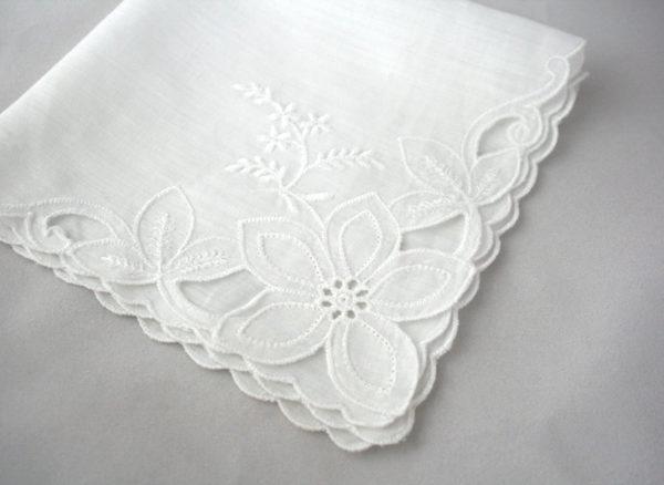 vintage zakdoekje met bloem voor de bruid