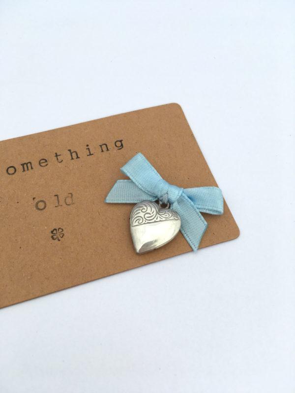 vintage medaillon met blauw strikje