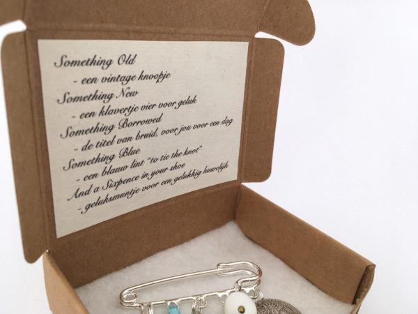 cadeautje voor de bruid: speld met 5 Lucky items