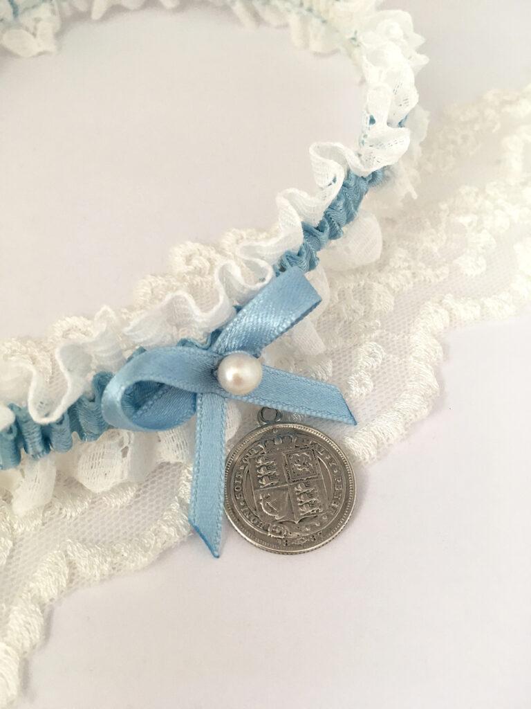 Sterling silver sixpence en kousenband