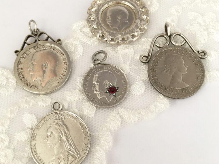 Zilveren sixpence hangers en niet-zilveren en threepence hangers