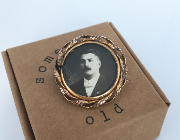 Something old: antieke foto broche