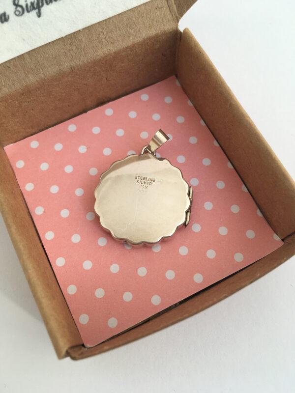 vintage zilveren medaillon met geschulpte rand