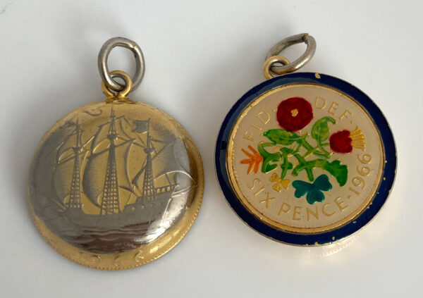 geëmailleerde sixpence met een bolle achterkant gemaakt van een half penny