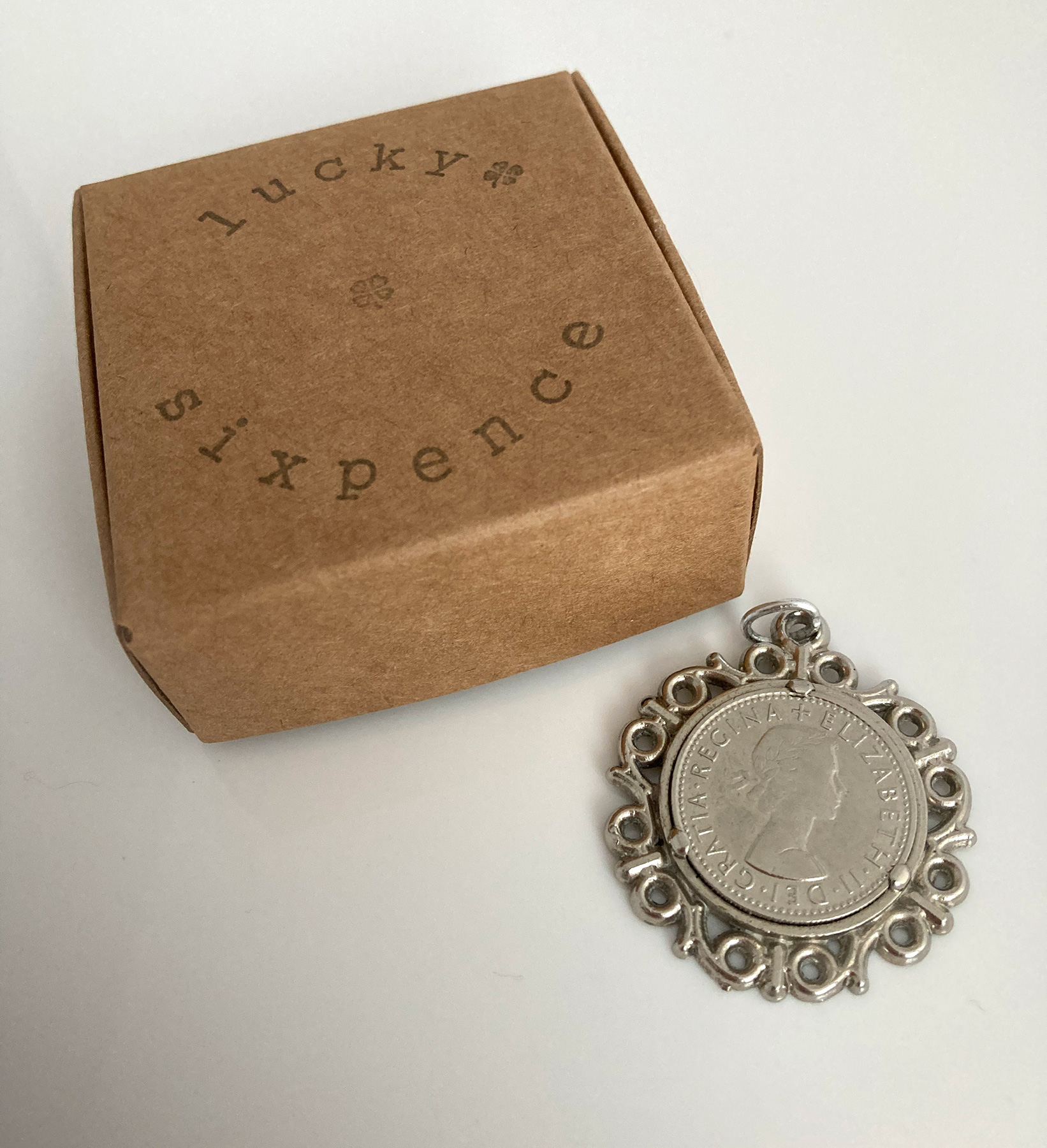 Lucky vintage sixpence in sierlijke setting
