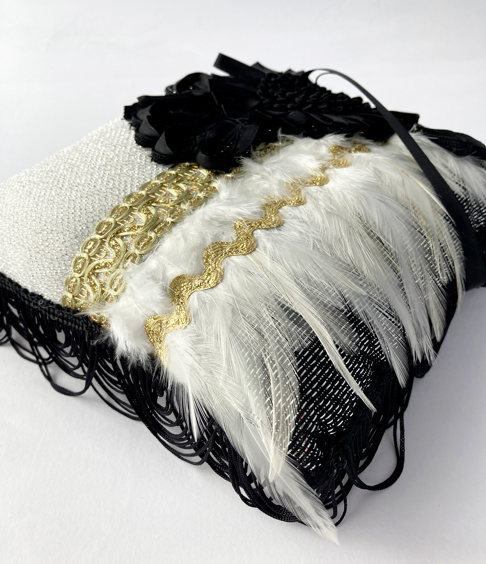 Opvallend ringkussen in zwart, wit, goud en zilver